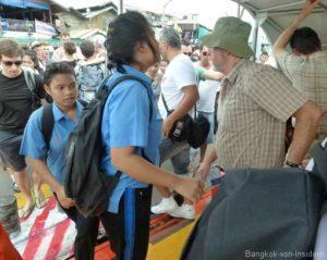 Menschen im Expressboot Bangkok