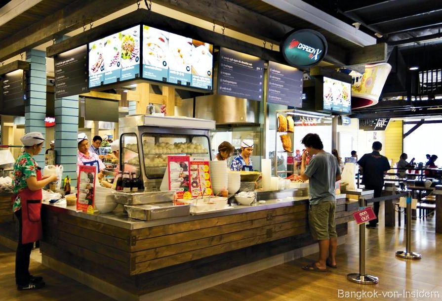 Essen im Foodcourt terminal 21