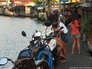 Mädchen am Khlong Mon