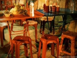 Tische bei Straßenküche