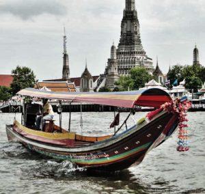 Ein Longtail auf dem Chao Praya