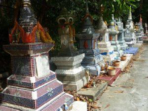 Kleine Stupas in Bang Kra Jao
