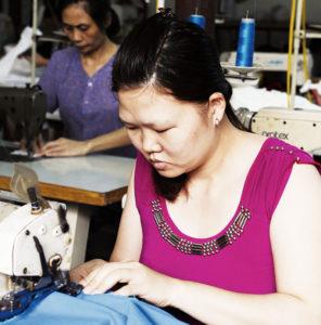 Mädchen in einer Schneiderei Bangkok