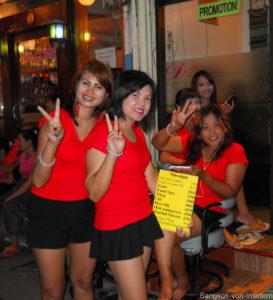 Mädchen vor Oil Massage Shop