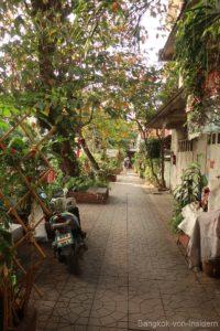 Fußweg entlang des Khlongs Saen Saep