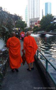 Mönche am Saen Saep Kanal