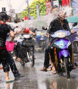 Motorradfahren zu Songkran