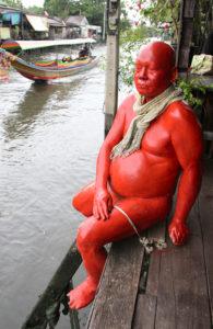 Figur vor dem Künstlerhaus Baan Silapin