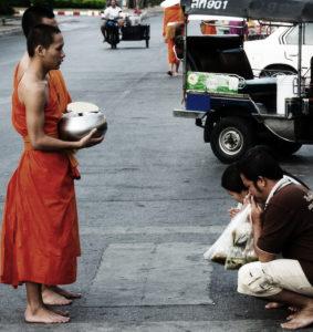 Mönche am Wat Arun