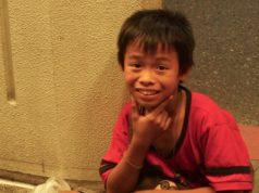 ein kleiner junge in Bangkok